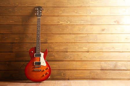 Elektrische gitaar op houten achtergrond