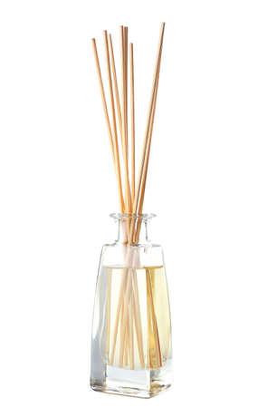 Aromastokken in de fles met olie op de tafel Stockfoto