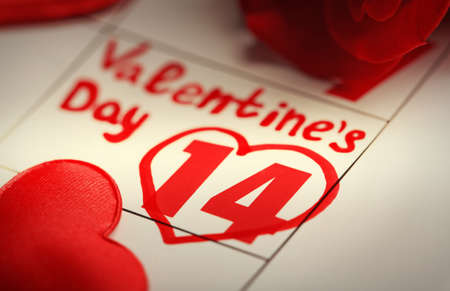 Calendar with date of February 14 and rose flower petals. Valentines day concept Banque d'images