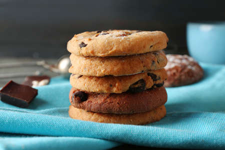 Chocolate chip cookies on a blue napkin on the table Banco de Imagens - 95483040
