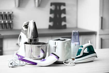 Huishoudelijke en keukenapparatuur op de tafel in de keuken