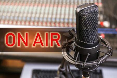Microfono per trasmissione radiofonica dal vivo in studio moderno Archivio Fotografico