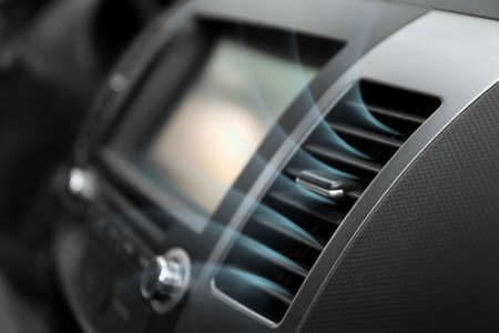 Ingeschakelde conditioner met koude luchtstroom in de auto Stockfoto