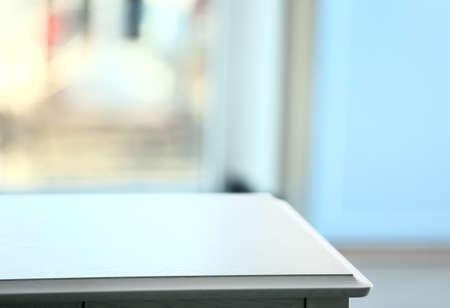 Mesa de madera vacía en la oficina
