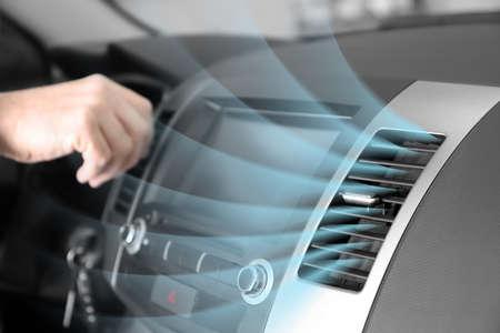 Włączony klimatyzator z przepływem zimnego powietrza w samochodzie