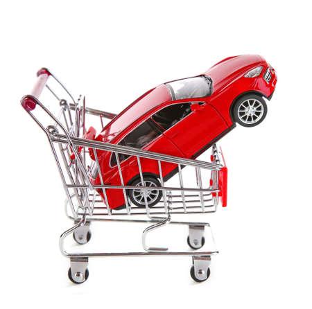 Rode auto in winkelwagentje, geïsoleerd op wit