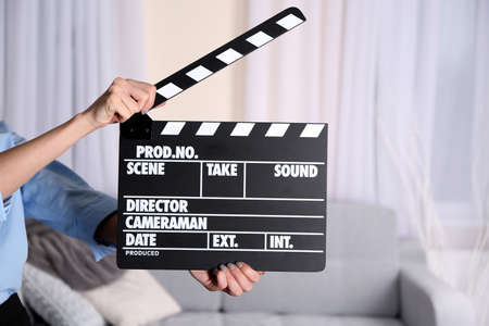 Woman hands holding film clapper, close up Stockfoto