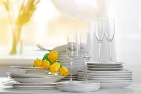 Set of dishes with yellow tulips for dinner party Standard-Bild - 97545050