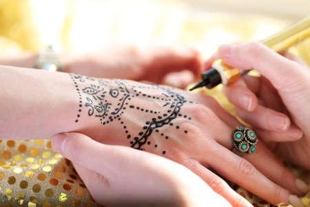 Malerei Henna Tattoo auf weibliche Hand Standard-Bild - 95733898