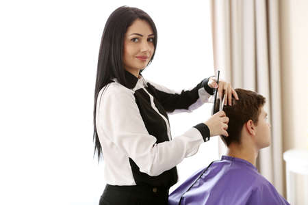 Professional hairdresser making stylish haircut Banque d'images