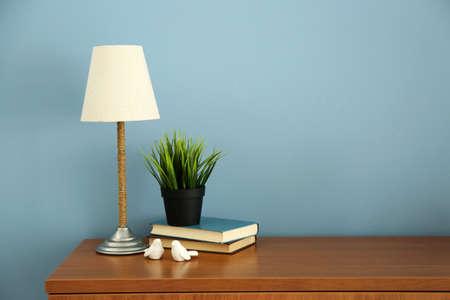 Intérieur design avec lampe et plante sur fond de mur bleu