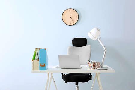 オフィスチェアとラップトップを備えたモダンな職場