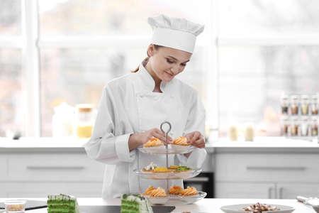 Female chef working at kitchen Standard-Bild