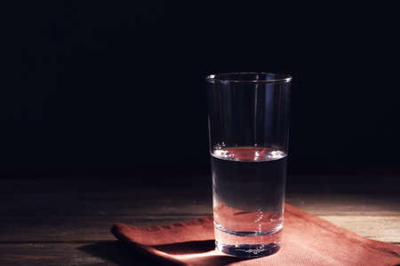 Glass of pure water on wooden table Standard-Bild