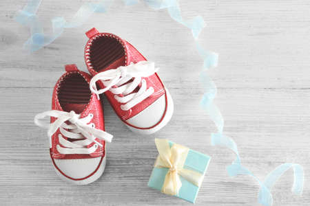 Baby shoes on wooden table Banque d'images - 95879951