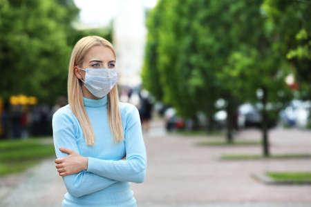 Frau in Schutzmaske im Freien