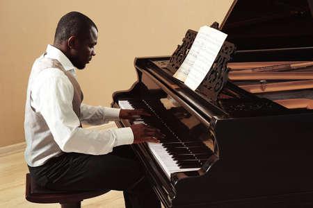 Afroamerikanischer Mann spielt Klavier% 00