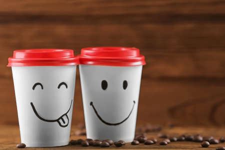 Paper cups of coffee on wooden background 스톡 콘텐츠