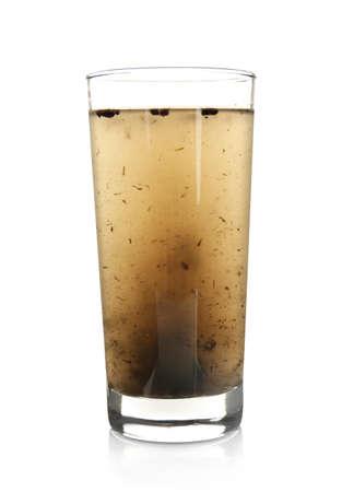 vaso de agua contaminada aislado en blanco Foto de archivo