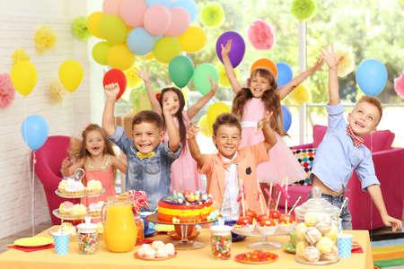 Lustige Geburtstagsfeier der Kinder in verziertem Raum Standard-Bild - 96311996