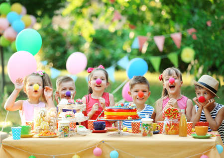 Children celebrating birthday in park 免版税图像 - 96426727