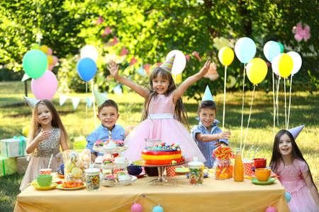Kinder feiern Geburtstag im Park