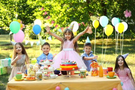 Niños celebrando cumpleaños en el parque