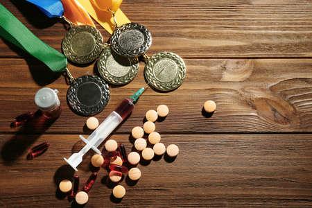Seringue avec pilules et médailles. Le dopage dans le concept du sport Banque d'images - 96249136
