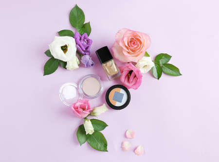 Eye shadows and flowers on purple background Stock Photo - 96250575
