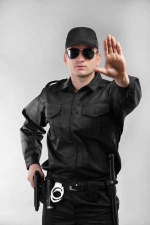Garde de sécurité mâle sur fond gris Banque d'images - 96312350