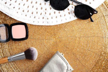ensemble de cosmétiques décoratifs et accessoires sur fond d & # 39 ; or