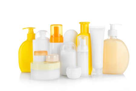 Diferentes botellas de cosméticos aisladas sobre fondo blanco.