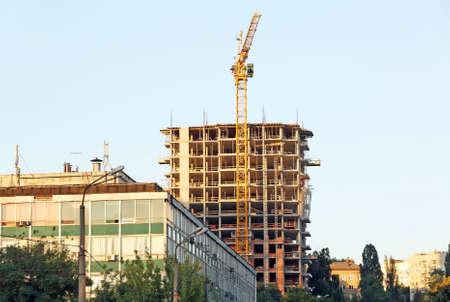 Baukran und Gebäude auf Hintergrund des blauen Himmels Standard-Bild - 96471465