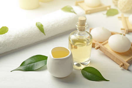 composition de spa avec huile de thé huile sur fond blanc