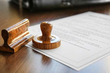 Moderne notariële zegel op oud document, close-up Stockfoto