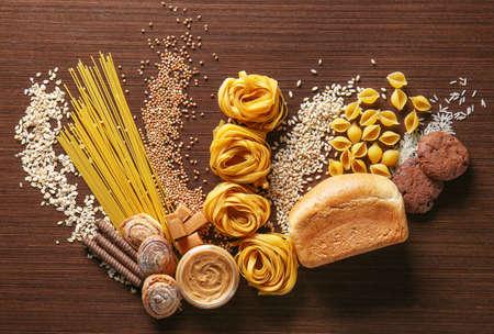 Set producten met complexe koolhydraten op houten achtergrond