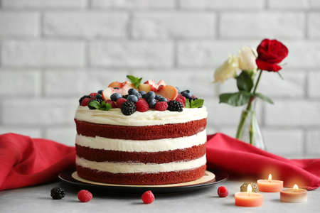 Delicious cake with fruit and berries decoration on gray table 版權商用圖片