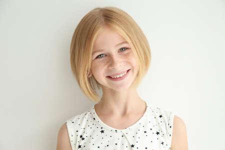 Portrait d'adolescente joyeuse avec des taches de rousseur sur fond blanc Banque d'images - 96782430