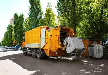 Śmieciarka na zewnątrz