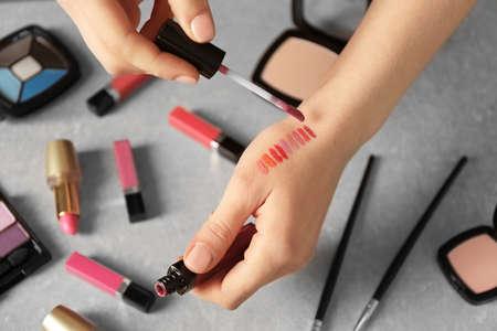 Visagiste femminile che applica i cosmetici sulla mano