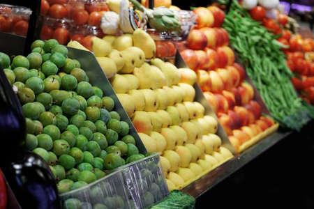 Frisches Obst und Gemüse im Markt Standard-Bild
