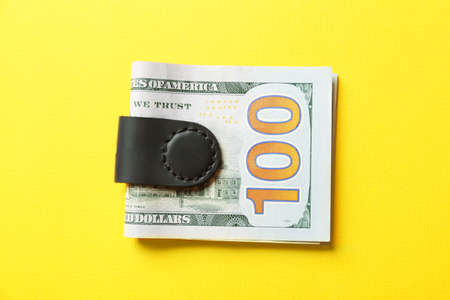 Usage example of multifunctional magnetic clip as money holder