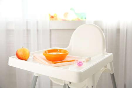 Kinderstoel met gezonde babyvoeding thuis. Kindervoeding concept