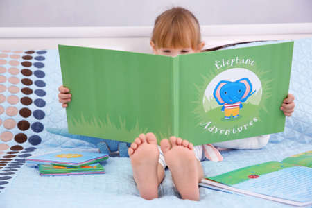 Petit livre de lecture de jolie fille Banque d'images - 97420651