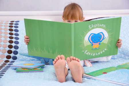 Petite fille mignonne livre de lecture Banque d'images - 97420651