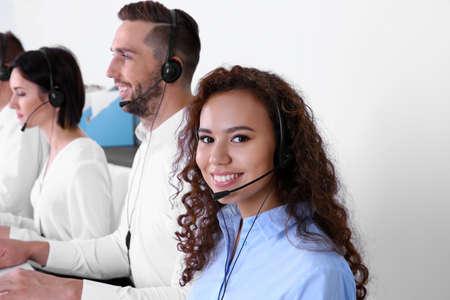 Equipo de despachadores de soporte técnico que trabajan en la oficina% 00