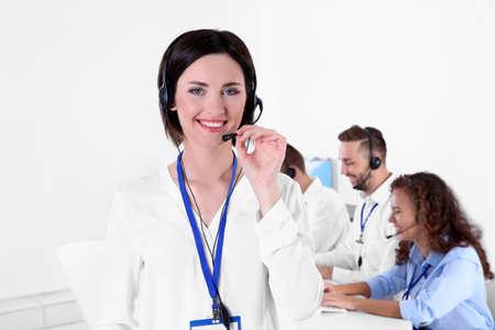 Despachador de soporte técnico femenino joven que trabaja en la oficina, primer plano% 00