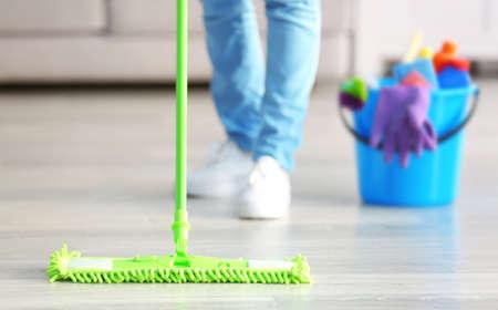 Zamknij widok kobiety mopem podłogę w domu