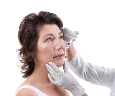 Senior woman having hyaluronic acid injection at beauty salon Zdjęcie Seryjne