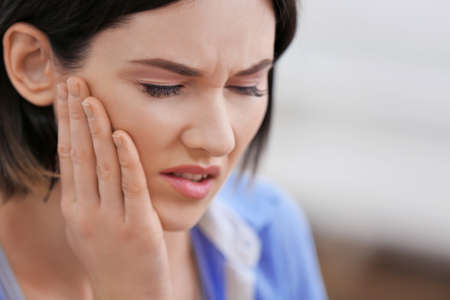 Beautiful young woman suffering from toothache, close up Stockfoto